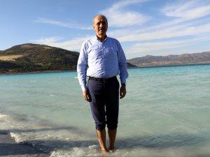 Kurtulmuş, ayakkabılarını çıkarıp Salda Gölü'ne girdi