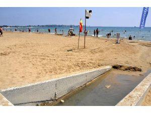Side Plajı'nda yayılan kötü koku rahatsız etti