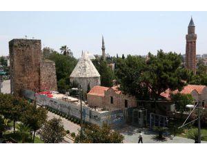 Antalya'nın merkezinde Selçuklu mezarlığı