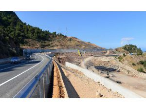Heyelanda çöken yol ulaşıma açıldı