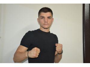 Balıkesirli boksör Dünya şampiyonluğu için ringe çıkıyor
