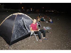 Antalya'da nemden bunalanlar sahilde çadır kurup sabahladı