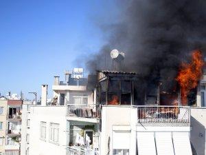 Alev alev yanan ev kullanılmaz hale geldi