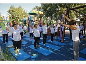 Konak'ta kadınlar güne parkta sporla başlıyorlar