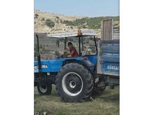 Traktör kullanan çocuk yürekleri ağza getirdi