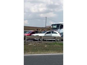 Trafikteki kadın sürücülerin saç saça baş başa kavgası kamerada