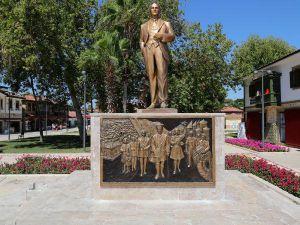 Side'ye rölyefli Atatürk anıtı