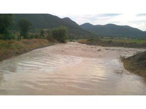 Tosya'da şiddetli yağmur sonrası köy yolları kapandı