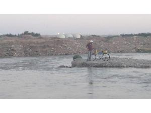Bisikleti ile suda mahsur kaldı
