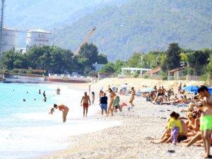 Antalya sahilinde Ekim ayı sonunda tatilci yoğunluğu
