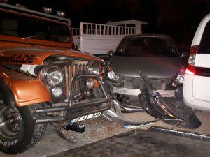 Aracıyla 4 Araca Çarptı, Yaya Olarak Kaçtı, Sürücü Bilmecesi Yaşandı