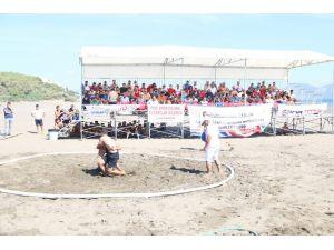 Güreşçiler plajda kıyasıya mücadele etti