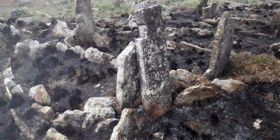 Tarihi mezarlık, temizlik için yakılan ateşte zarar gördü