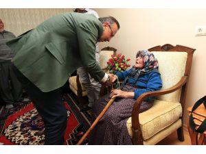 97 Yaşındaki Emine Gürer Belediye Başkanı Seçen'e Atatürk Şiiri Okudu