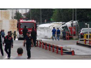 Strene Monomer Yüklü Tanker, Kimya Fabrikasının Bahçesine Devrildi: 1 Yaralı