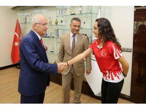 Atıcılık Dünya Şampiyonu Tarhan'dan Başkan Yaşar'a Ziyaret