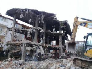 Körfez'de Metruk Binalar Yıkılıyor