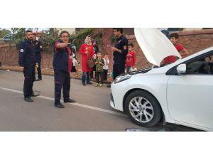 Otomobilin Motoruna Sıkışan Kediyi İtfaiye Ekipleri Çıkardı
