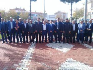 Muhtarlar Atatürk Anıtına Çelenk Sundu