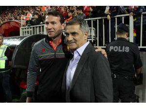 Spor Toto Süper Lig: Göztepe: 0 - Beşiktaş: 0 (İlk Yarı)