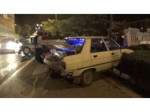 Alkollü Sürücü Kırmızı Işıkta Bekleyen Araca Çarptı: 1 Ağır Yaralı