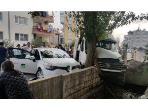 Otomobille Çarpışan Öğrenci Servisi Duvara Çarparak Durabildi