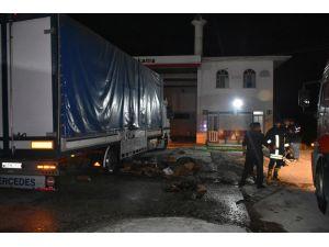 Tosya'da Benzinlikte Park Halindeki Tır Yanmaktan Son Anda Kurtuldu