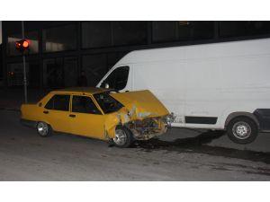 Adana'da Araçlara Çarpan Sürücü Kaçtı