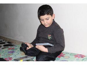 Suriyeli Abdulbasit'e Oyun Konsolu Hediye Edildi
