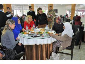 Kaymakam Ve Komutan Eşleri Şehit Ailelerini Yalnız Bırakmadı