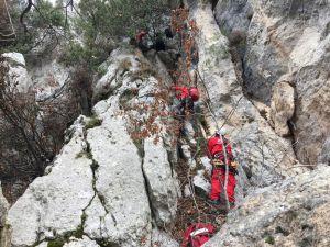 Uçurumda 2 Gündür Mahsur Kalan Keçiler Akut Ekiplerince Kurtarıldı