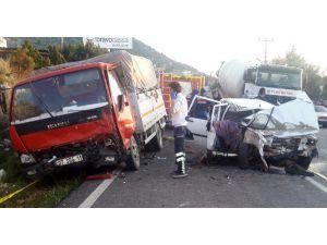 Otomobille Kamyonet Çarpıştı: 1 Ölü, 2 Yaralı