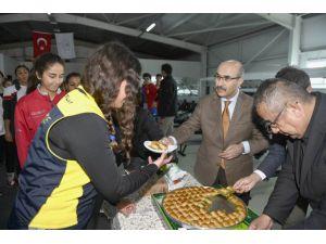 Vali Demirtaş'tan, Kürek Milli Takımı'na Tatlı