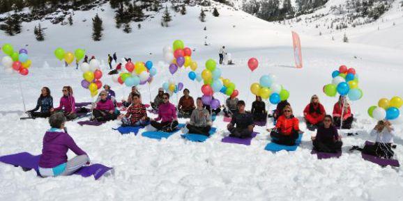 Kayak Merkezi İçin Leğenle Kayıp Karda Güreştiler