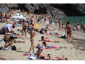 Alanya'da Tatilciler Plajları Doldurdu
