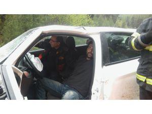 Yağışlı Havada İki Otomobil Kafa Kafaya Çarpıştı: 2 Yaralı