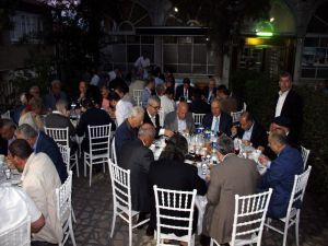 Güleç ailesi köy meydanında protokole ve halka iftar verdi