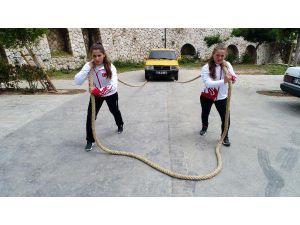 Güreşçi Kız Kardeşler Otomobil Çekerek Antrenman Yapıyor