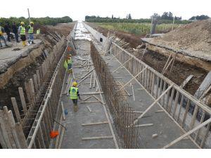 Meski, Erdemli'de Yağmur Suyu Hattı Döşeme Çalışmalarına Devam Ediyor
