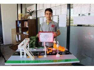 Ortaokul Öğrencisi Üst Geçit Kazalarını Önleyen Proje Hazırladı