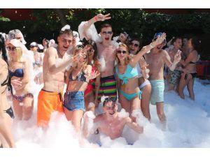 Turistler Köpük Partisinde Eğlendi