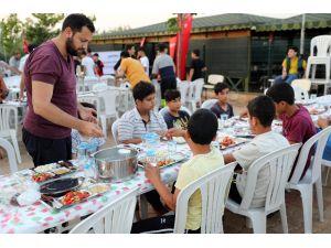 900 Suriyeli Öğrenciye İftar Ve Sahur Yemeği Verildi
