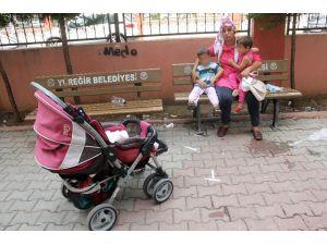 Çocuk Gelini Kocası İki Çocuğuyla Birlikte Sokağa Attı