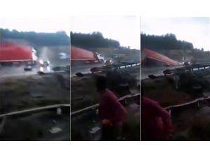 Kaygan Yolda Kontrolden Çıkan Tır, Köprüden Aşağı Uçtu