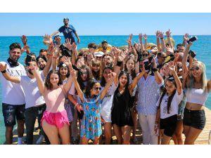 3 Milyon Takipçiye Ulaşınca, Plajda Kutlama Yaptı