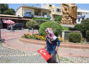 Yaşlı Kadın, 'Dolandırıldık' Diyerek Oturma Eylemi Yaptı