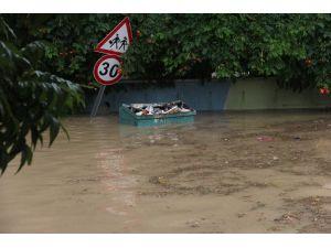 Adana'da Sağanak Yağış Su Baskınlarına Neden Oldu