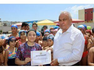 Erdemli'de Yüzme Kursuna Katılan Kursiyerler Katılım Belgelerini Aldı