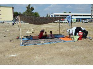 Evsiz Kalan Kadının 6 Çocuğuyla Boş Arsada Yaşam Savaşı