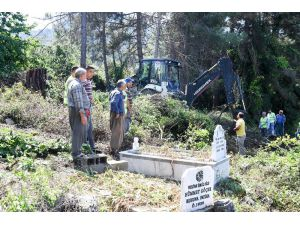 Mersin'de Belediye Ekipleriyle Vatandaşlar Mezarlık Temizliği Yaptı